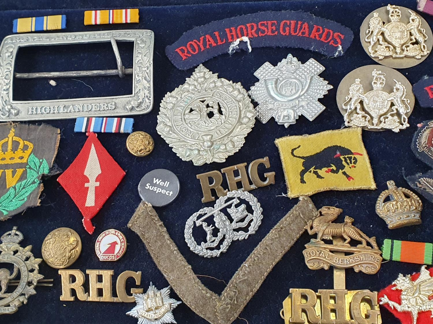 A collection of military pin badges, fabric badges, buttons etc. - Image 7 of 7