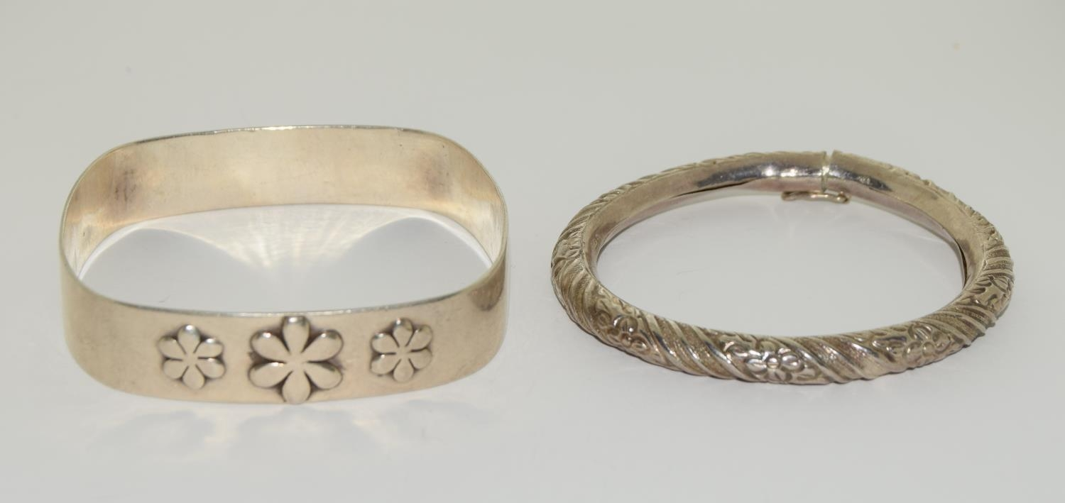 Four silver and white metal bangles together with a garnet and amethyst cross. - Image 5 of 5