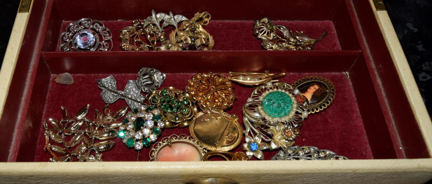 Box of nice wearable/re-sell costume jewellery. - Image 3 of 3