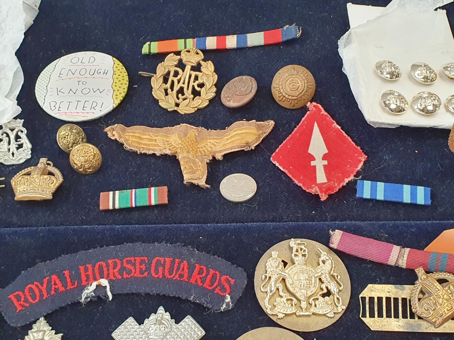 A collection of military pin badges, fabric badges, buttons etc. - Image 5 of 7