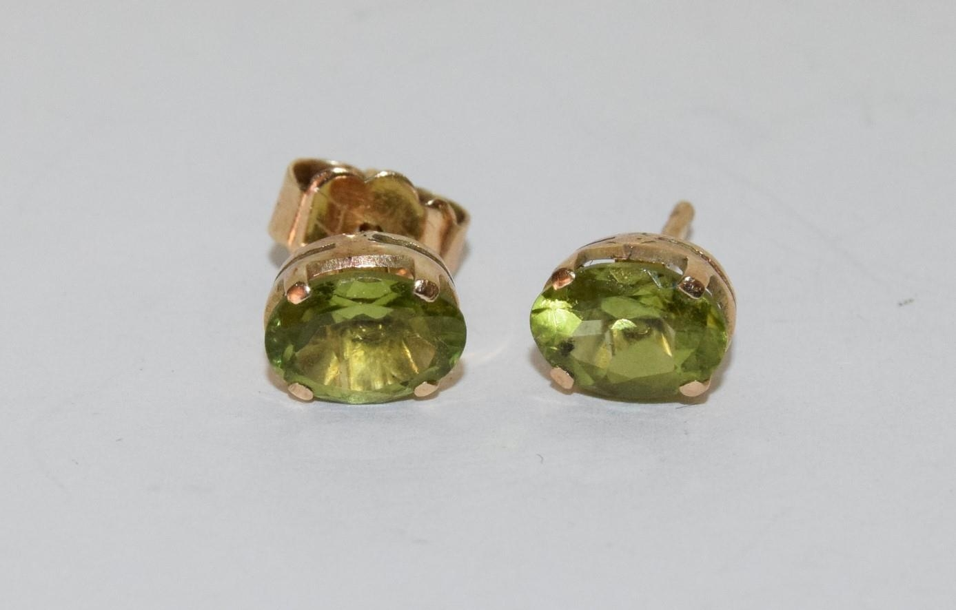9ct gold ladies cameo ring together with a pair of gold peridot earrings - Image 4 of 5