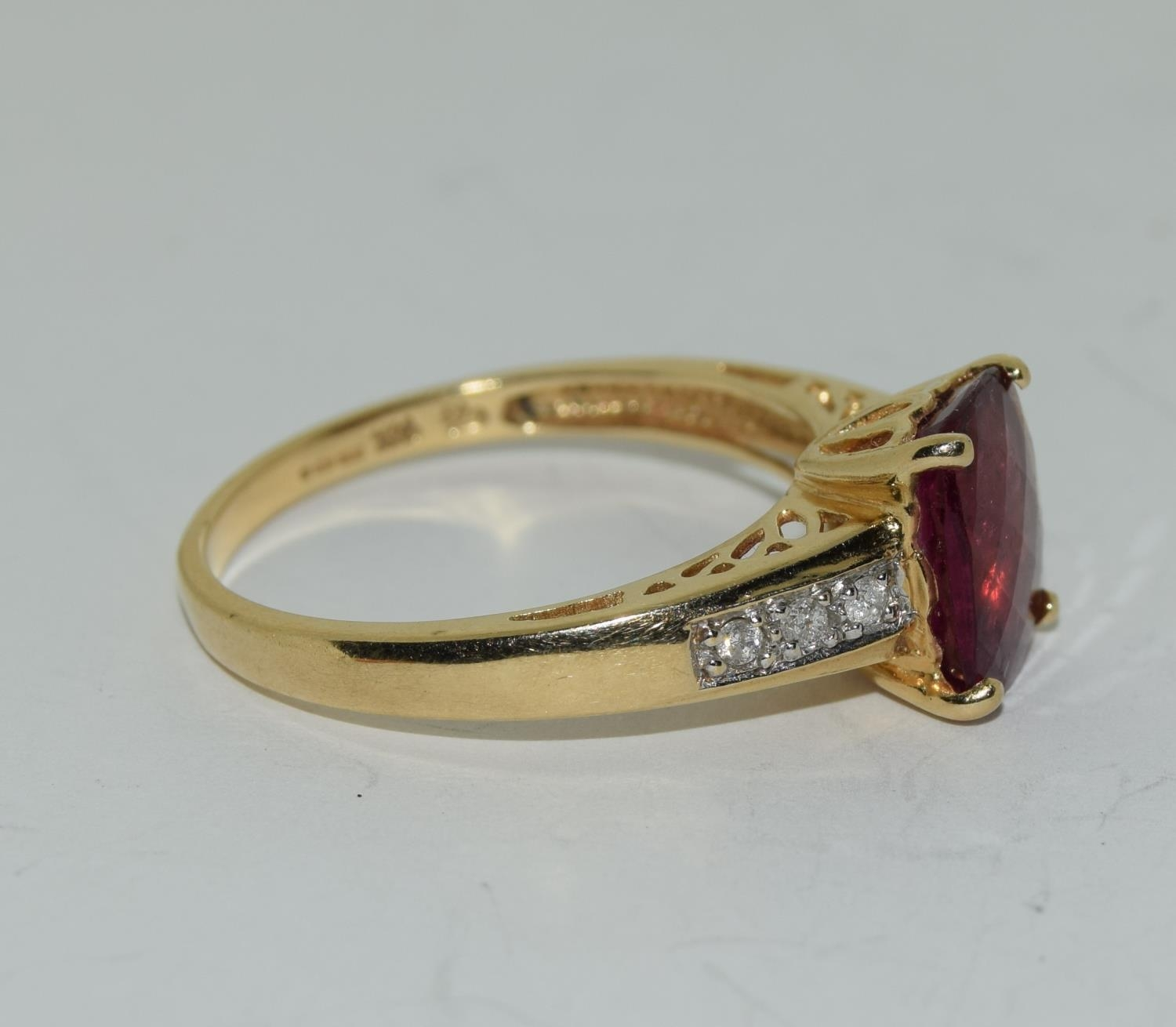 14ct gold ladies ruby and diamond ring ,ruby approx 3ct daimonds to the shoulders size T - Image 5 of 6