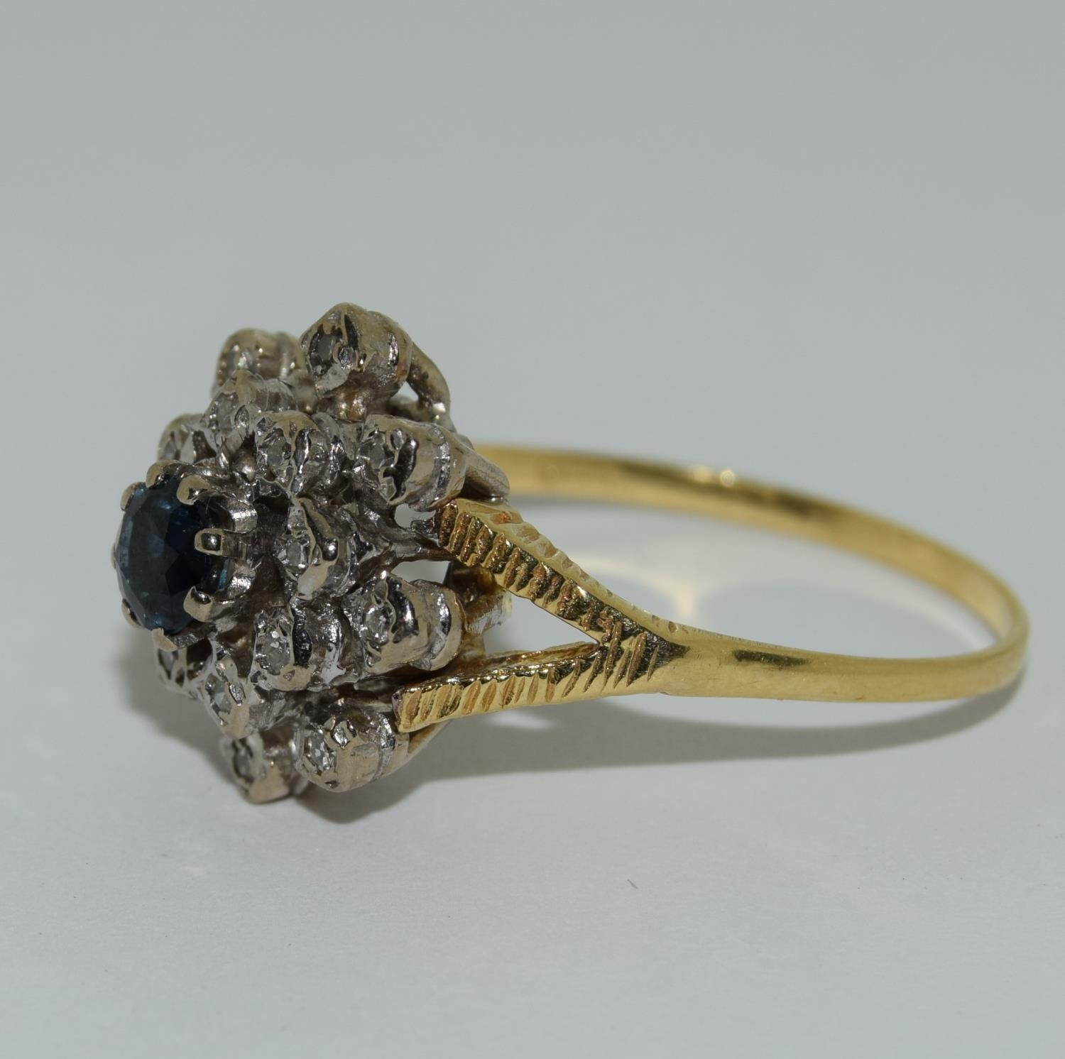 18ct gold diamond and sapphire ring - approx 0.80 dia. Size O. - Image 4 of 6