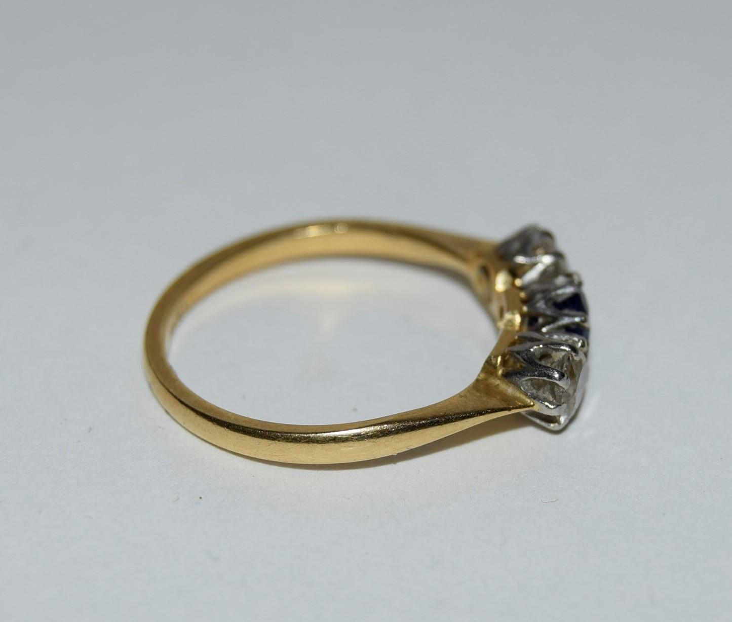 18ct gold and platinum ladies diamond and sapphire 3 stone ring approx 0.5ct diamond size L - Image 2 of 6