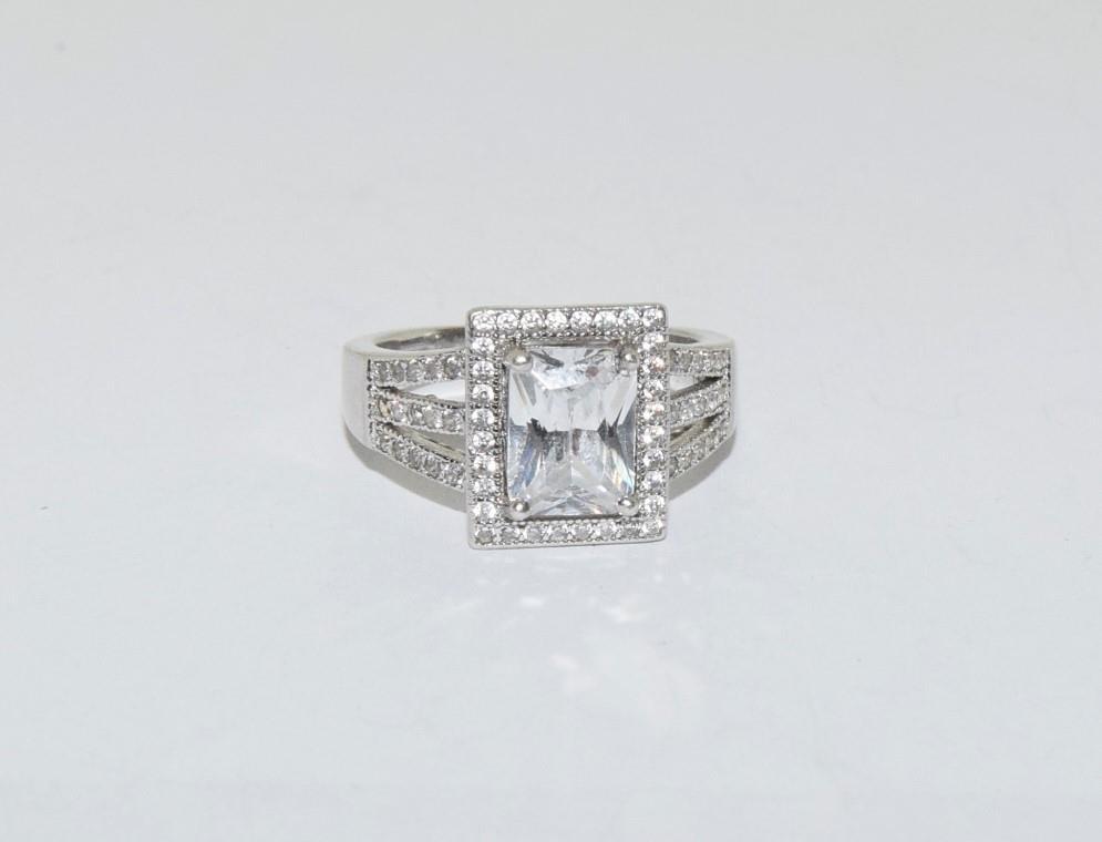 A pretty Art Deco style silver ring, Size K