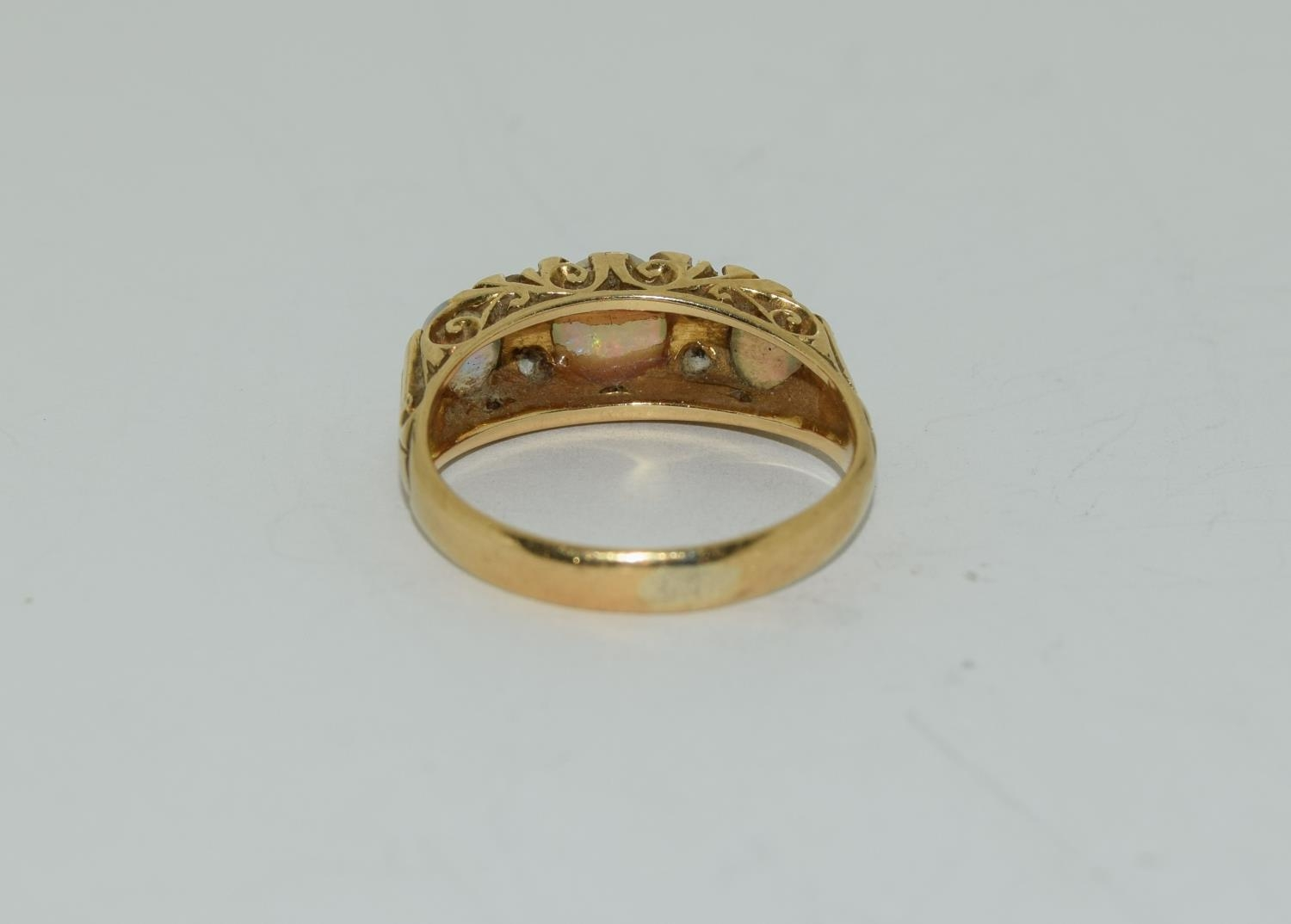 18ct gold ladies 3 stone opal and diamond ring size M - Image 3 of 5