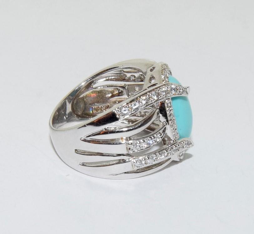A silver ring with large turquoise stone to centre. Sixe Q - Image 2 of 3