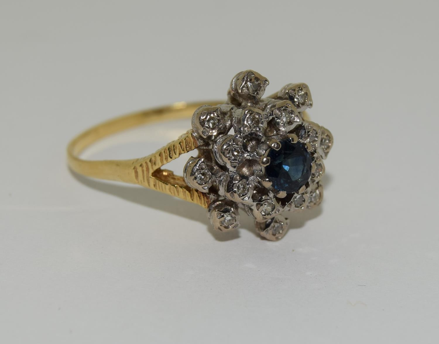18ct gold diamond and sapphire ring - approx 0.80 dia. Size O. - Image 5 of 6