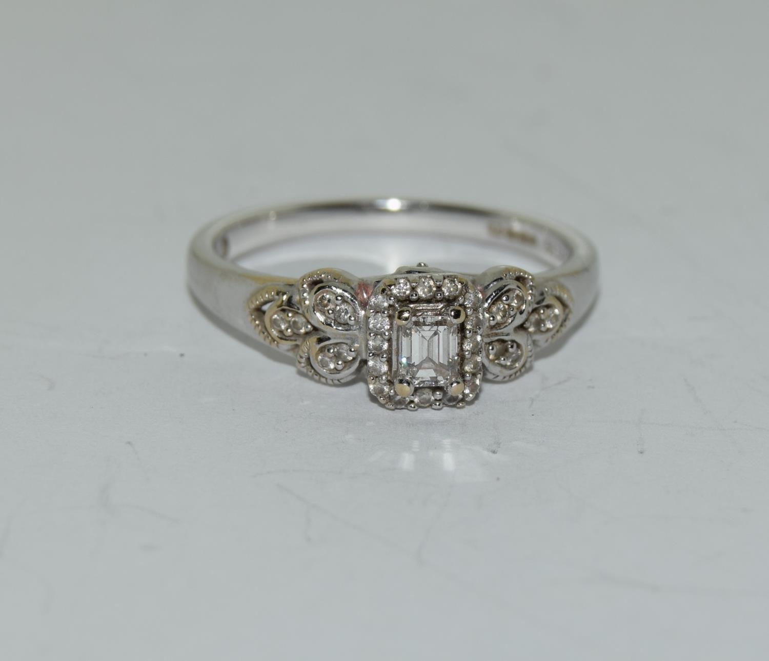 18ct white gold ladies diamond ring with certificat and original boxes from Emmy of London size O - Image 2 of 5