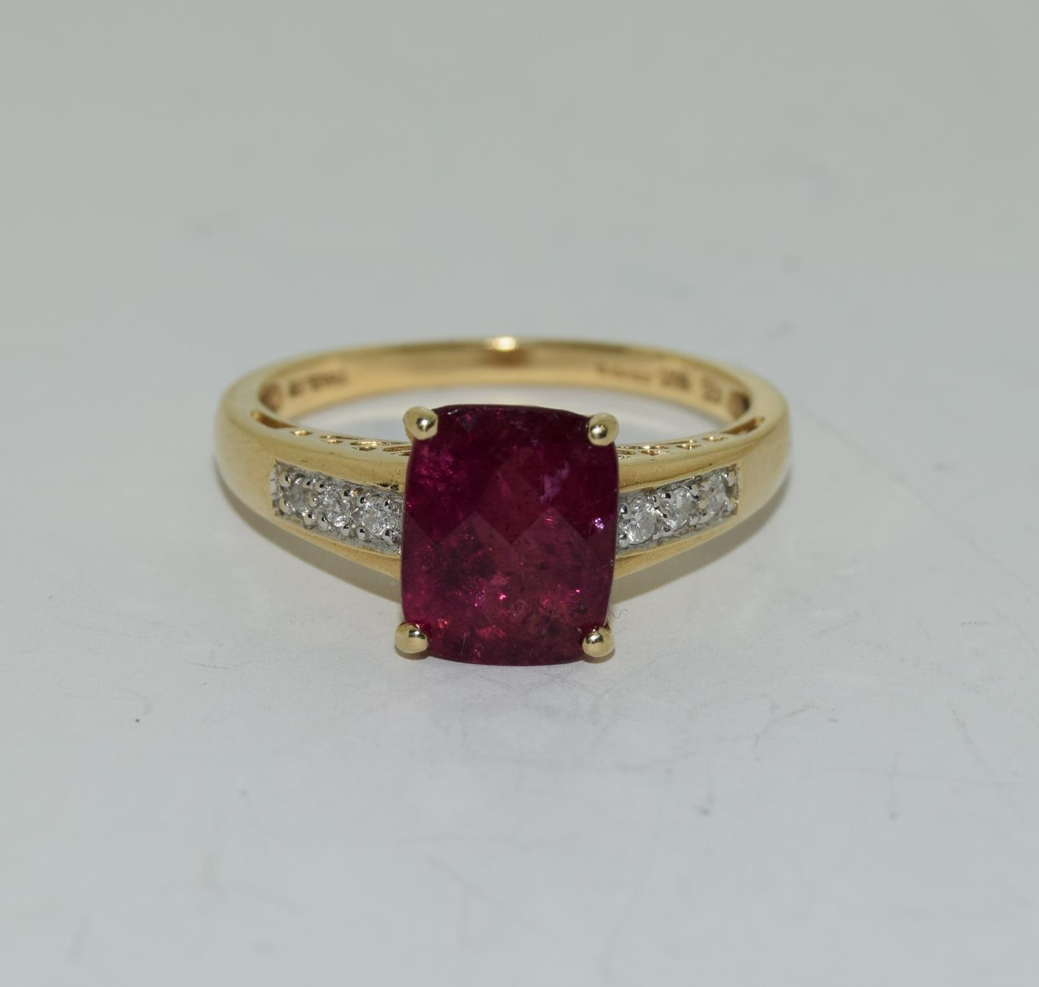 14ct gold ladies ruby and diamond ring ,ruby approx 3ct daimonds to the shoulders size T - Image 6 of 6