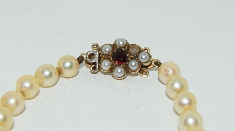 Ladies graduated pearl necklace set with 9ct gold and garnet clasp 51cm long - Image 2 of 4