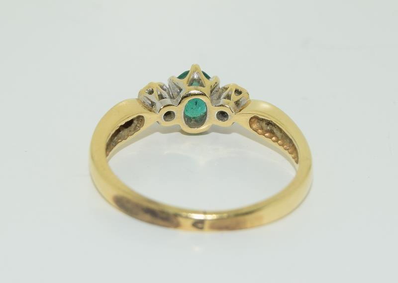 18ct gold ladies emerald and diamond ring h/m 0.1ct diamonds size M - Image 3 of 5