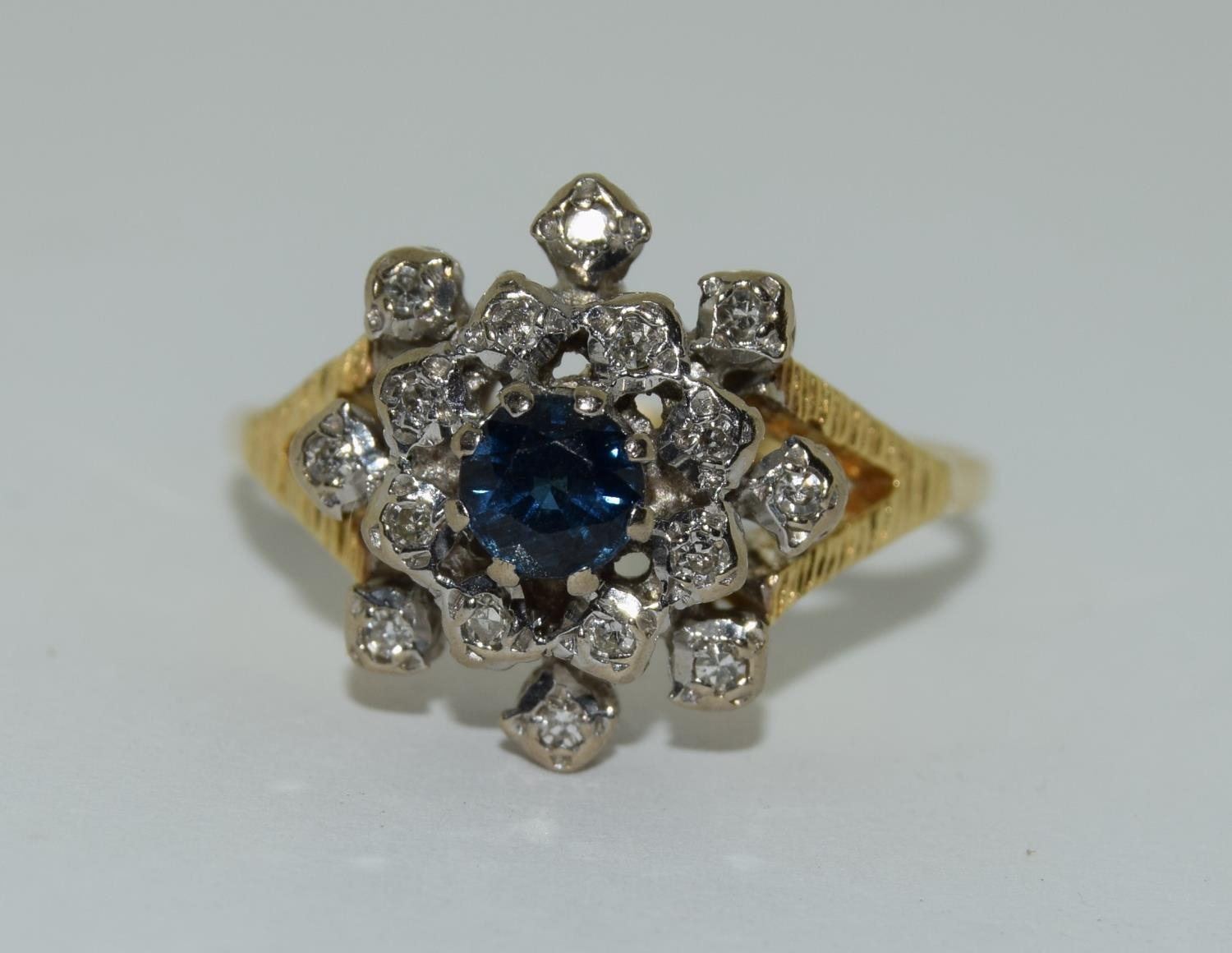 18ct gold diamond and sapphire ring - approx 0.80 dia. Size O. - Image 6 of 6