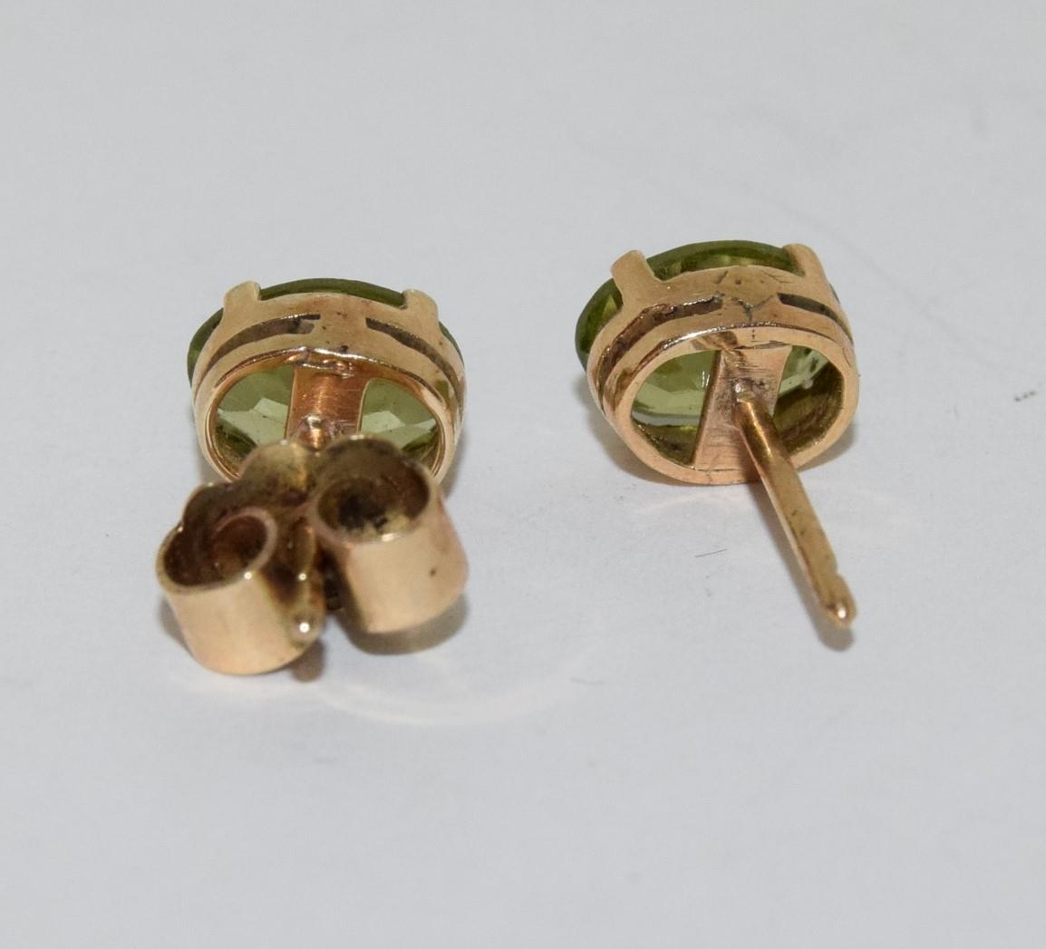 9ct gold ladies cameo ring together with a pair of gold peridot earrings - Image 5 of 5