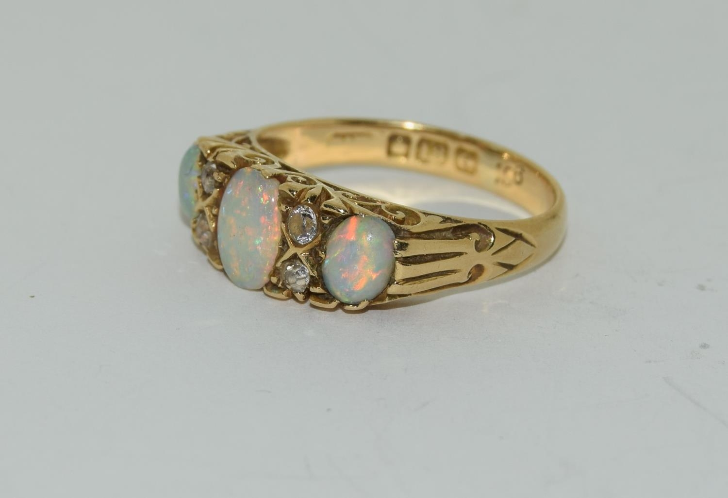 18ct gold ladies 3 stone opal and diamond ring size M - Image 4 of 5