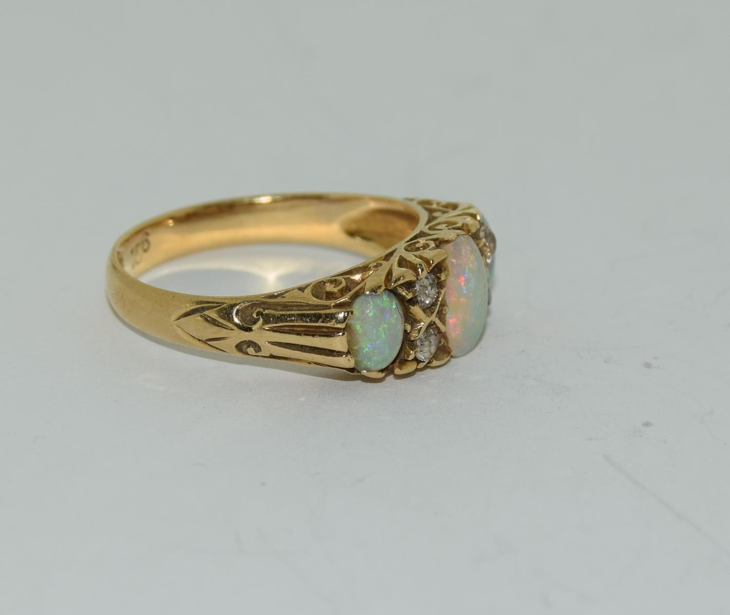 18ct gold ladies 3 stone opal and diamond ring size M - Image 5 of 5