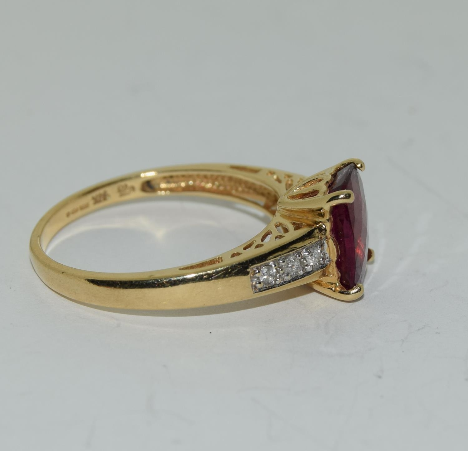 14ct gold ladies ruby and diamond ring ,ruby approx 3ct daimonds to the shoulders size T - Image 2 of 6