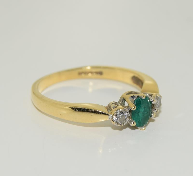 18ct gold ladies emerald and diamond ring h/m 0.1ct diamonds size M - Image 5 of 5