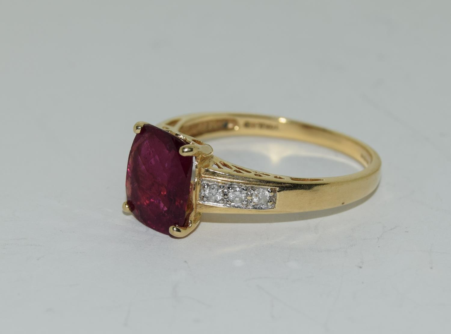 14ct gold ladies ruby and diamond ring ,ruby approx 3ct daimonds to the shoulders size T - Image 4 of 6