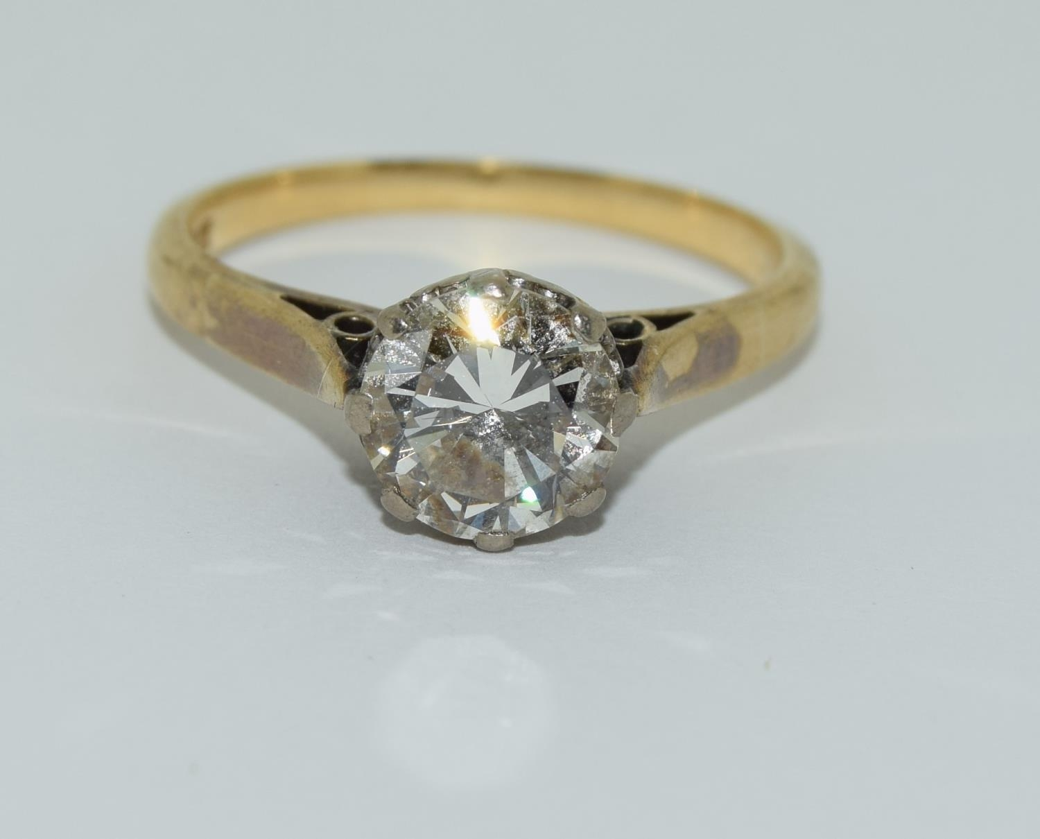 An 18ct gold ladies diamond solitaire ring approx 1.5ct, Size M.