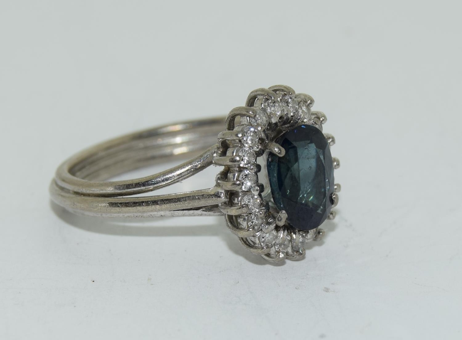 An 18ct white gold ladies diamond and sapphire ring, Size L - Image 5 of 6