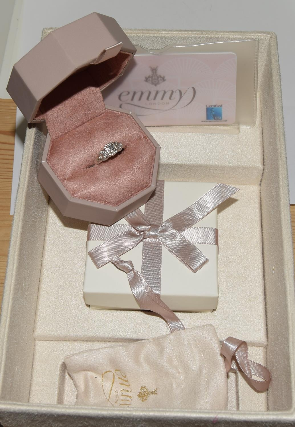 18ct white gold ladies diamond ring with certificat and original boxes from Emmy of London size O