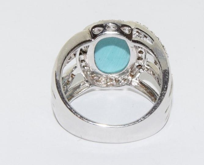 A silver ring with large turquoise stone to centre. Sixe Q - Image 3 of 3