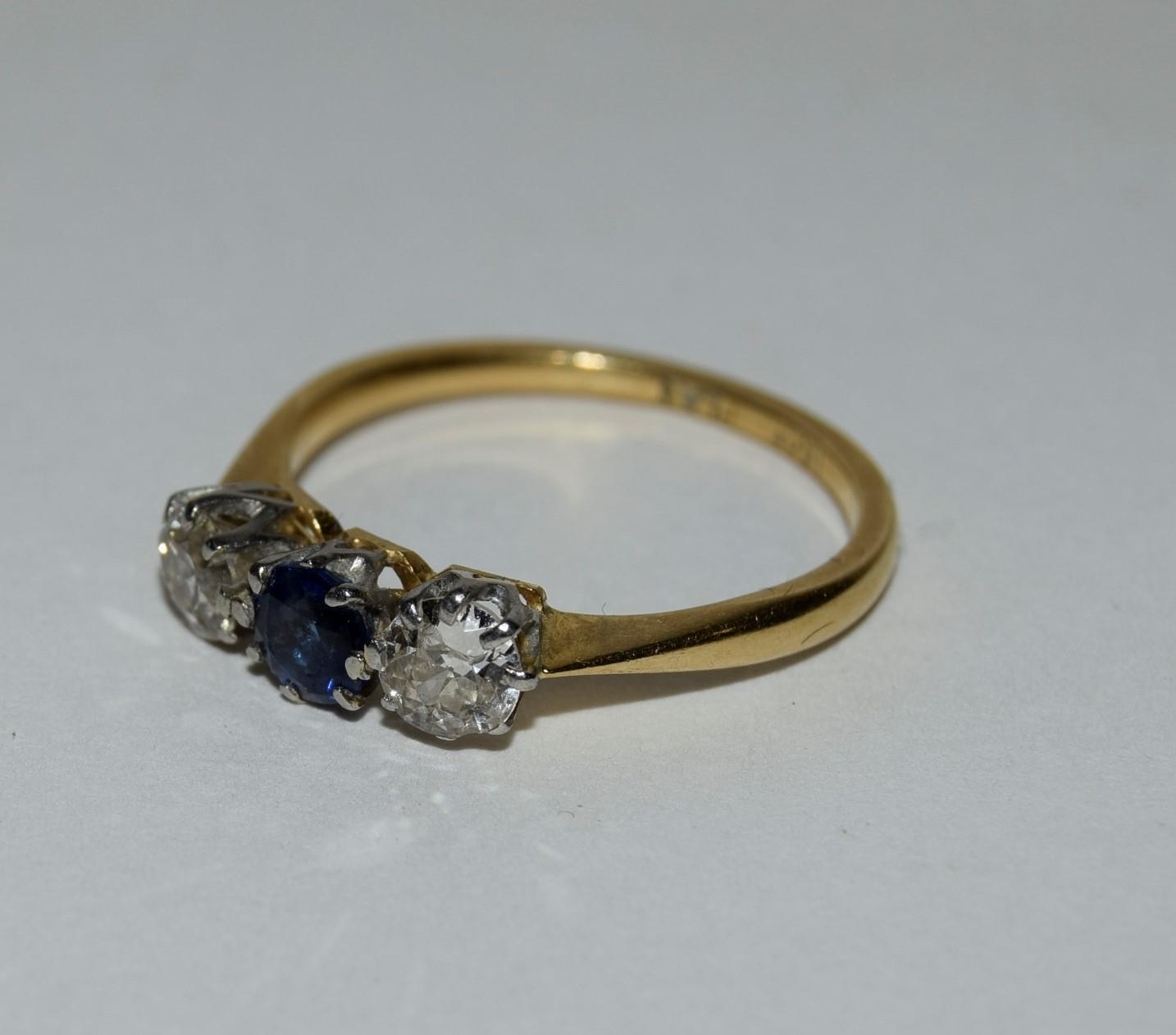 18ct gold and platinum ladies diamond and sapphire 3 stone ring approx 0.5ct diamond size L - Image 4 of 6