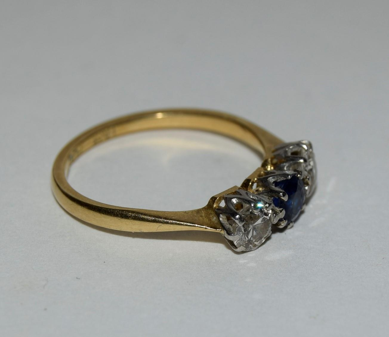 18ct gold and platinum ladies diamond and sapphire 3 stone ring approx 0.5ct diamond size L - Image 5 of 6
