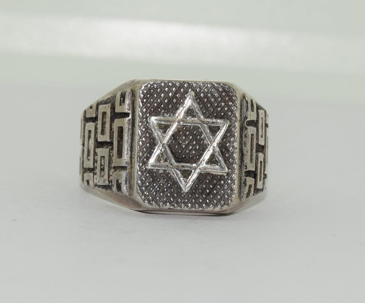A Mens heavy silver Modernist Hexagon star ring, Size O - Image 4 of 4