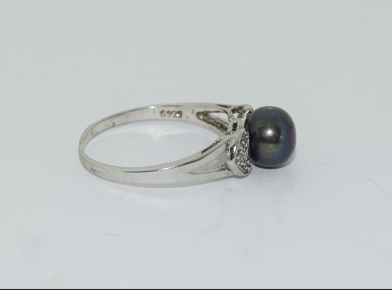 Silver ladies ring set with round pearl mount. Size O. - Image 2 of 3