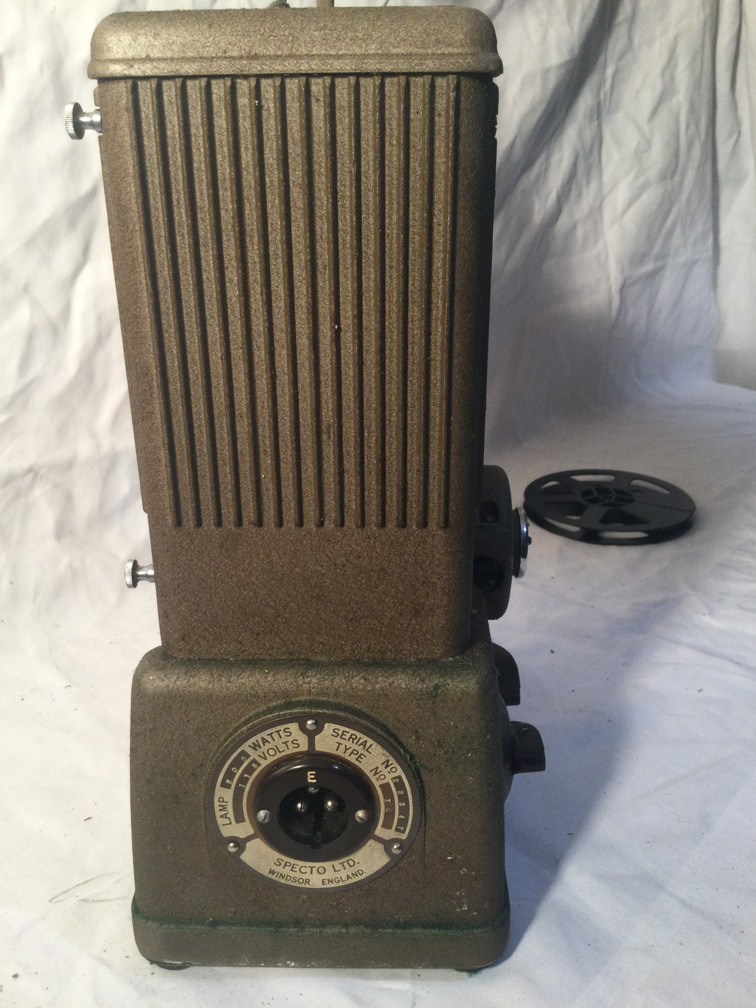 SPECTO FILM PROJECTOR. A vintage,probably 1930s Specto 500 moving film projector. Comes with brown - Image 3 of 5