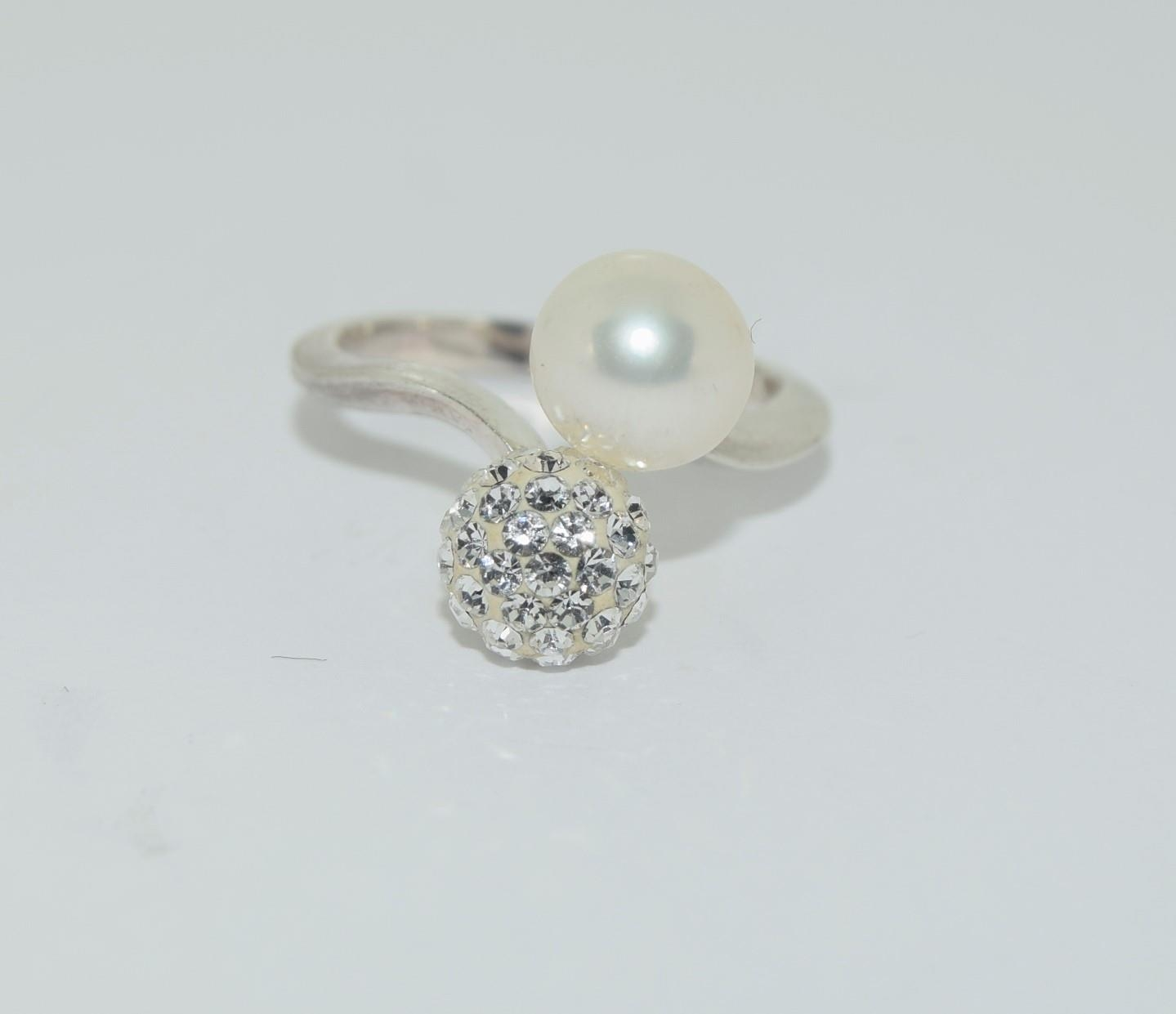 Silver ladies diamante and pearl set ring. Size N.