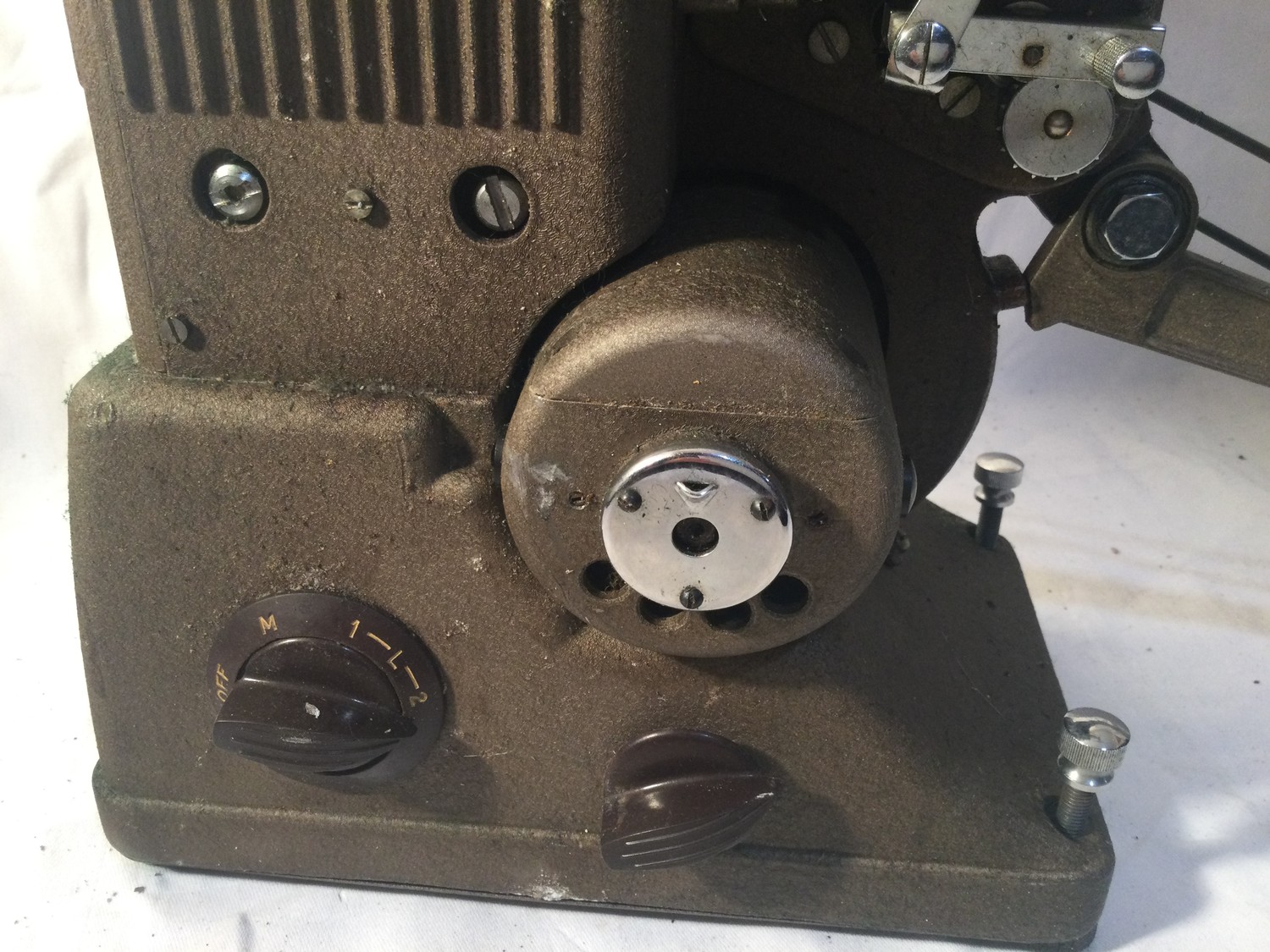 SPECTO FILM PROJECTOR. A vintage,probably 1930s Specto 500 moving film projector. Comes with brown - Image 2 of 5