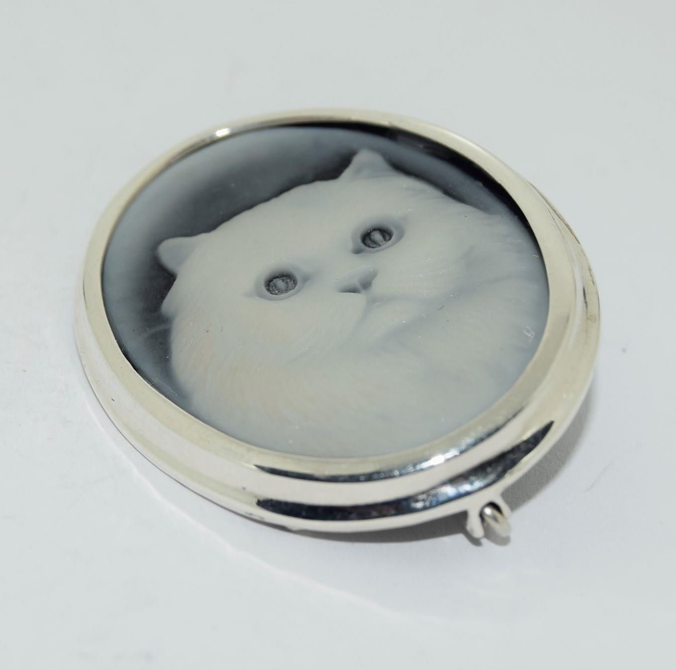 Silver wedgewood style cat brooch stamped 925 - Image 4 of 4