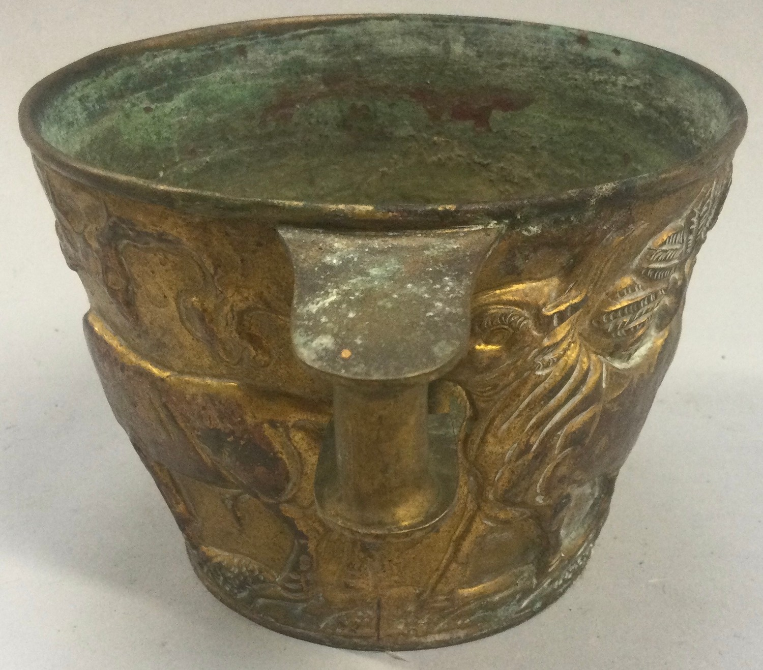 An Arts & Crafts brass Vapheio cup decorated with embossed figures. - Image 3 of 4