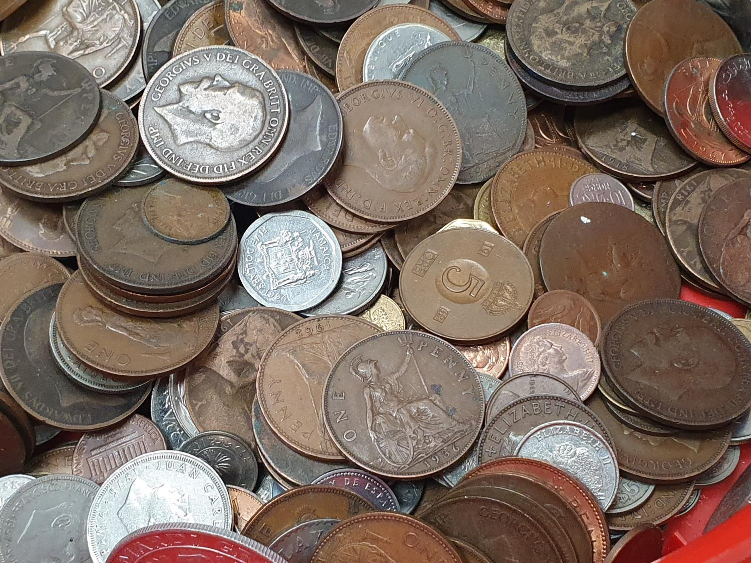 Red tub of assorted coinage - Image 4 of 5