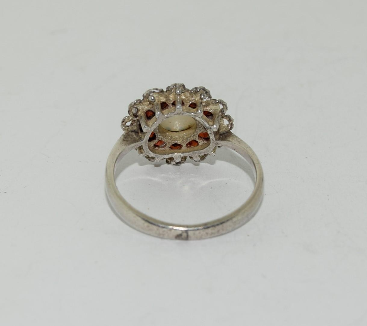 A Vintage and Opal/Garnet sterling silver daisy Ring, Size M. - Image 3 of 3
