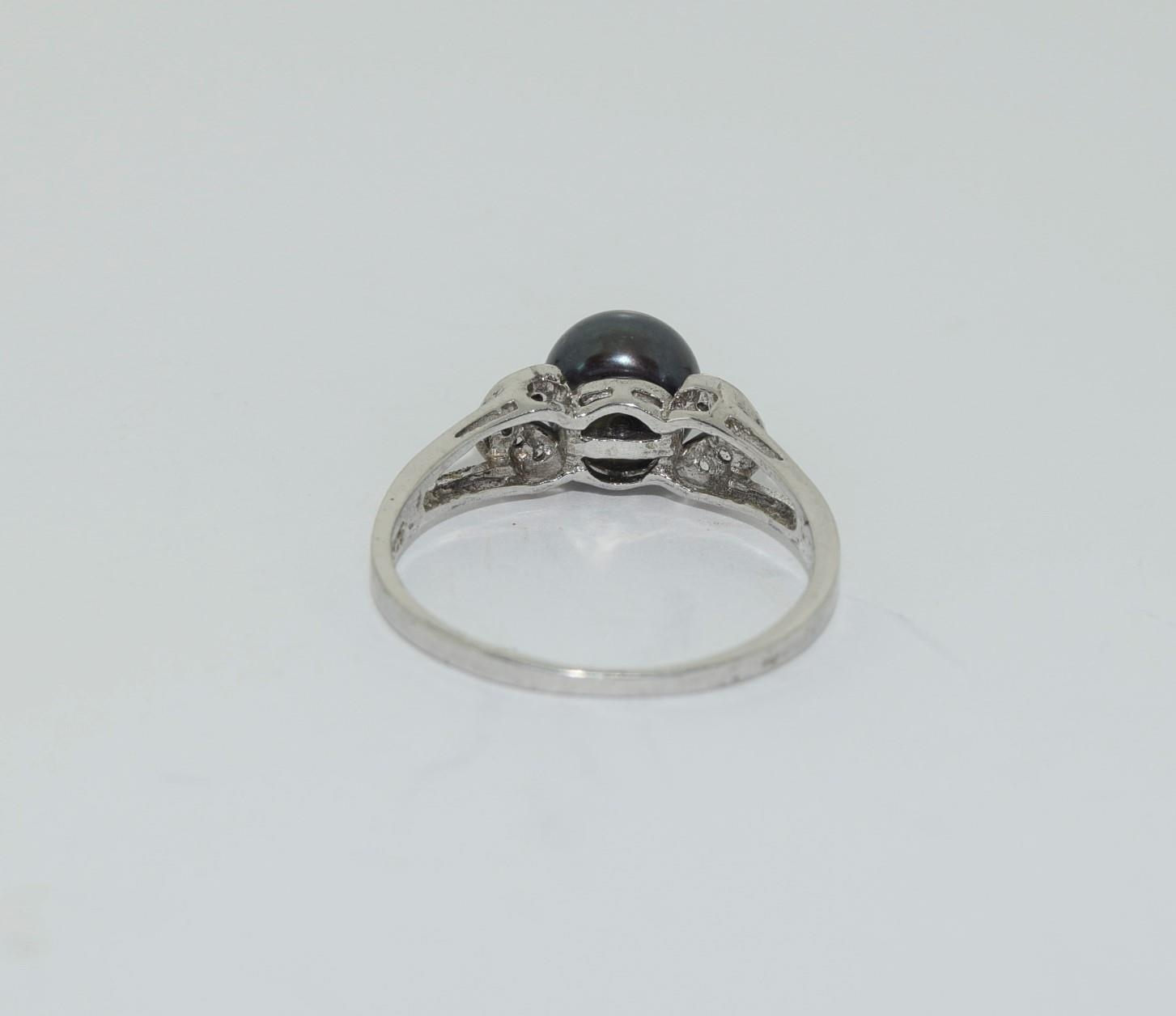 Silver ladies ring set with round pearl mount. Size O. - Image 3 of 3