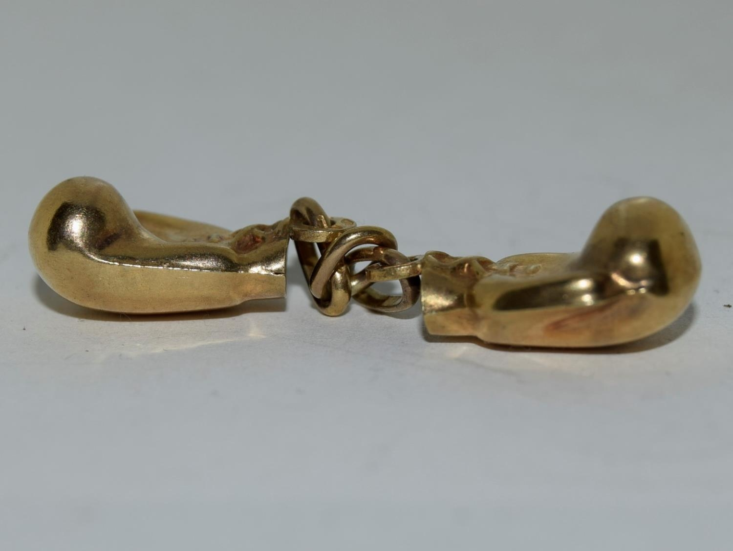9ct gold charm a pair of boxing gloves - Image 5 of 6