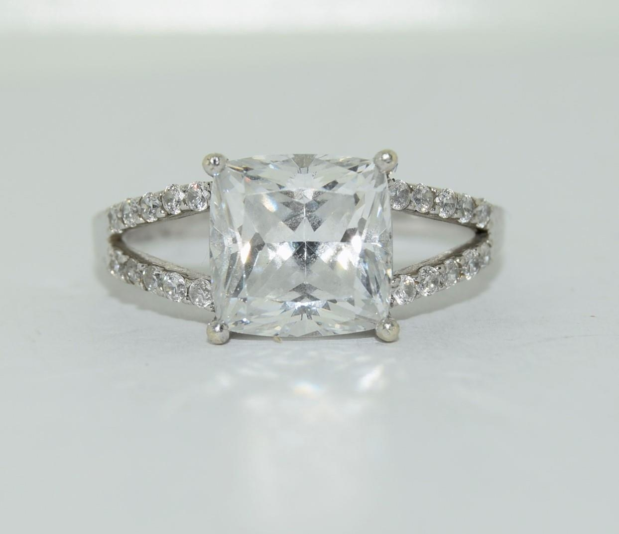 9ct white gold ladies square set solitare ring size R - Image 2 of 12