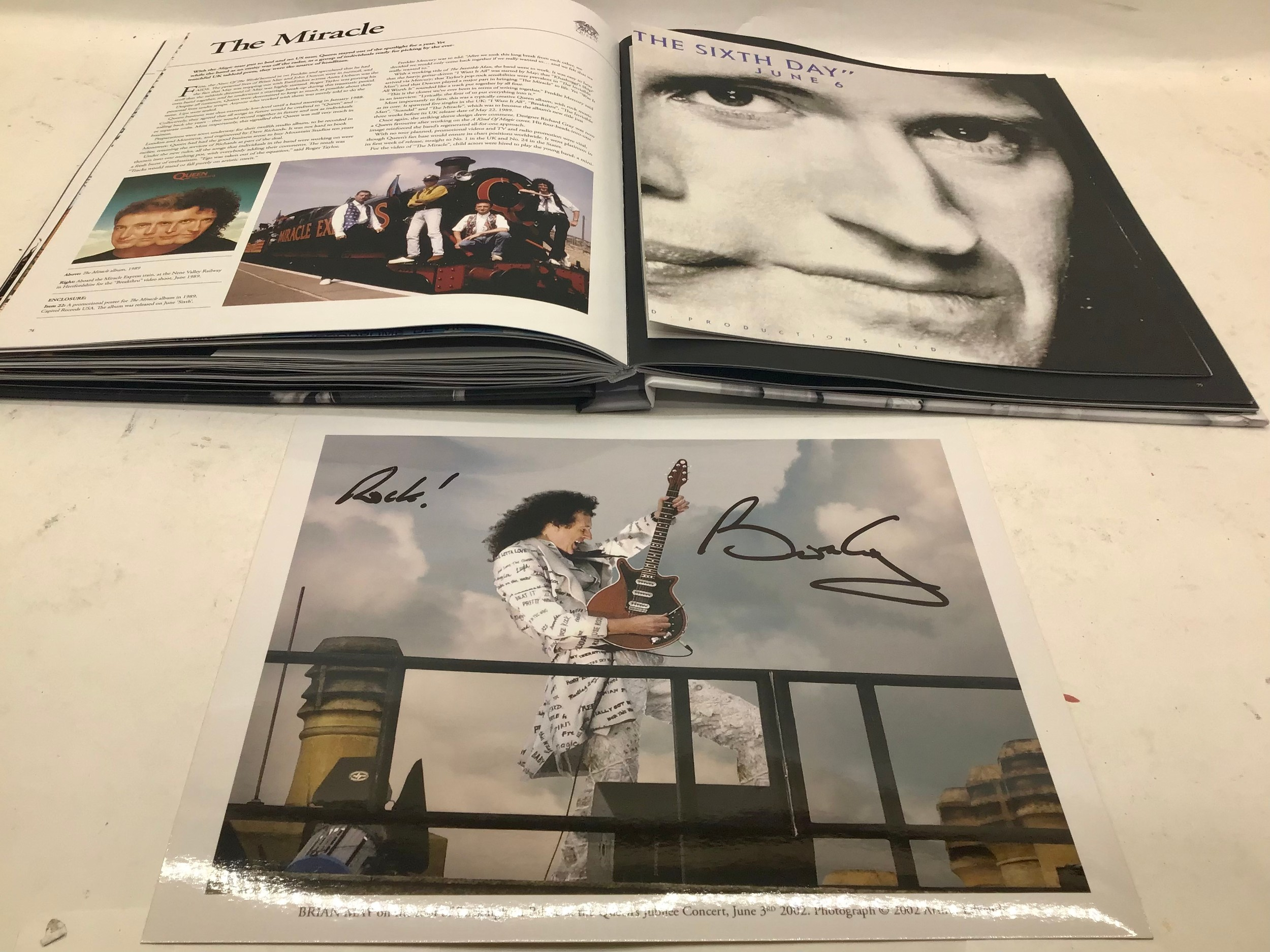 40 YEARS OF QUEEN. The book showcases the band, its members, recordings and concerts through - Image 6 of 6