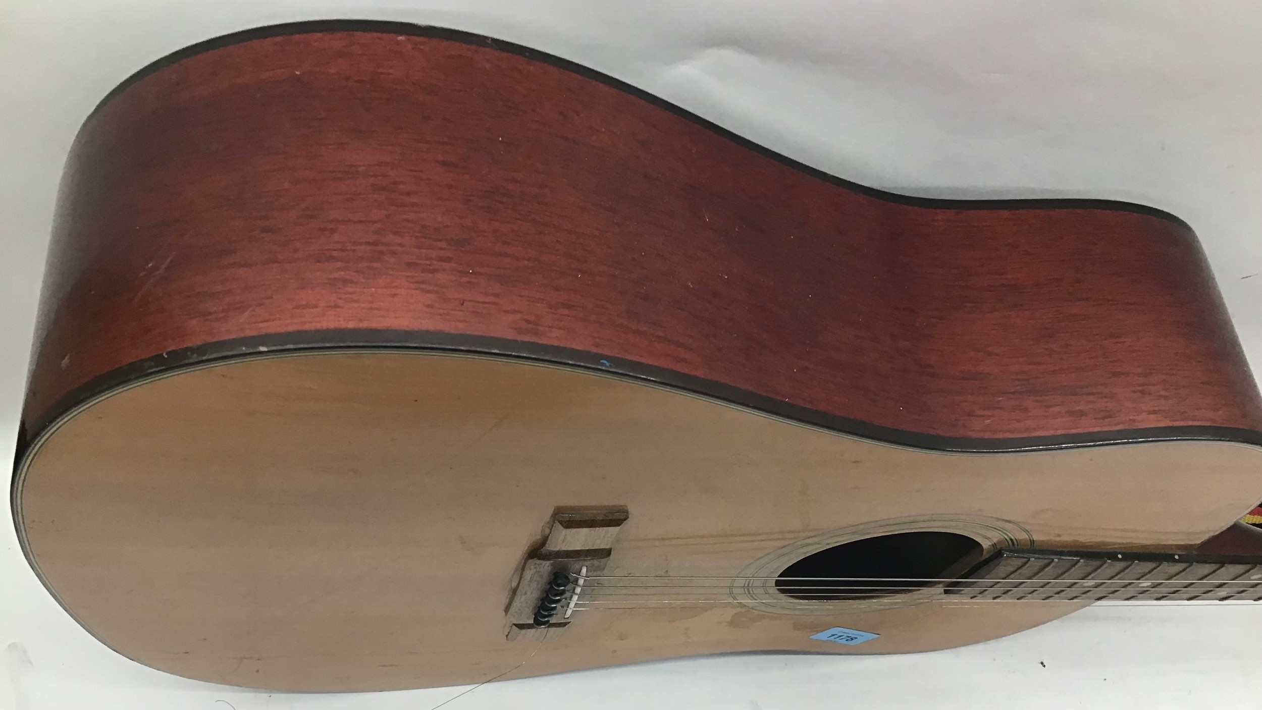 WASHBURN ACOUSTIC GUITAR. This 6 stringed guitar is finished in rosewood and comes with a strap. - Image 6 of 6