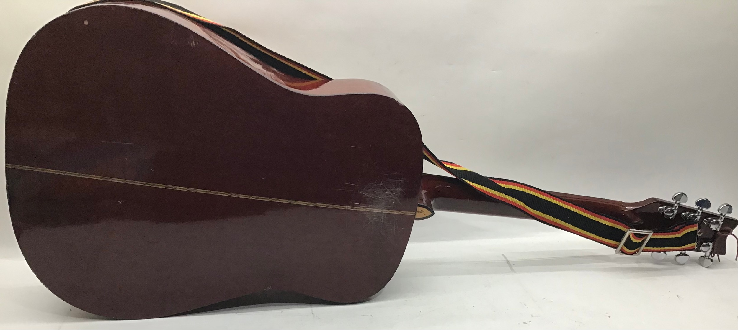 WASHBURN ACOUSTIC GUITAR. This 6 stringed guitar is finished in rosewood and comes with a strap. - Image 5 of 6