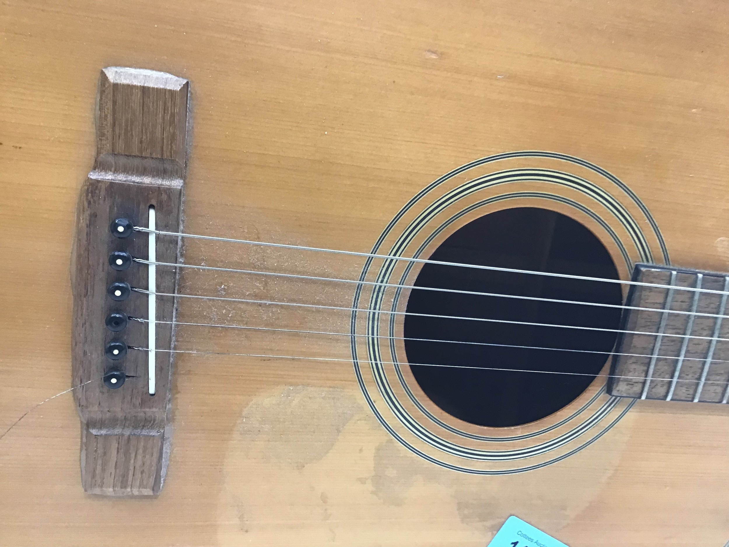 WASHBURN ACOUSTIC GUITAR. This 6 stringed guitar is finished in rosewood and comes with a strap. - Image 3 of 6