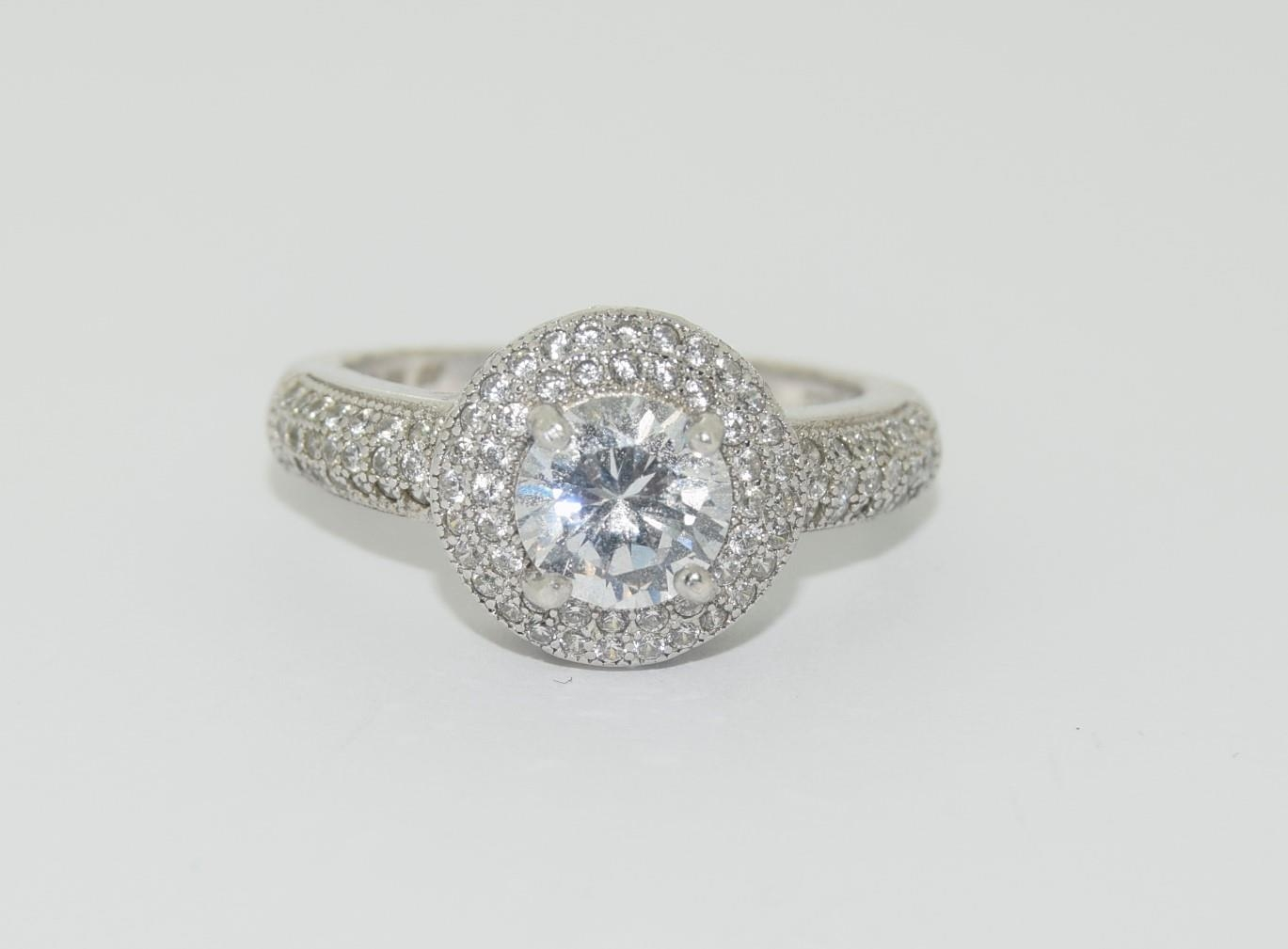 Silver ladies ring in the Halo style. Size P.