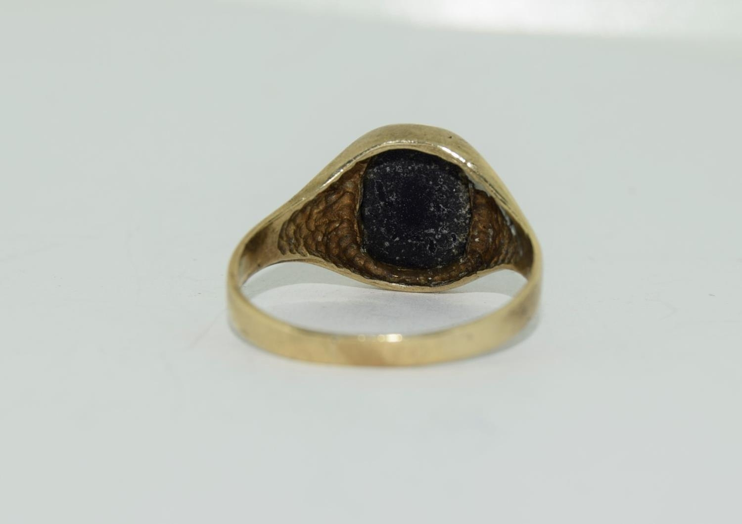 9ct gold gents sygnet ring set with unpolished amethyst centre stone size Q - Image 8 of 12
