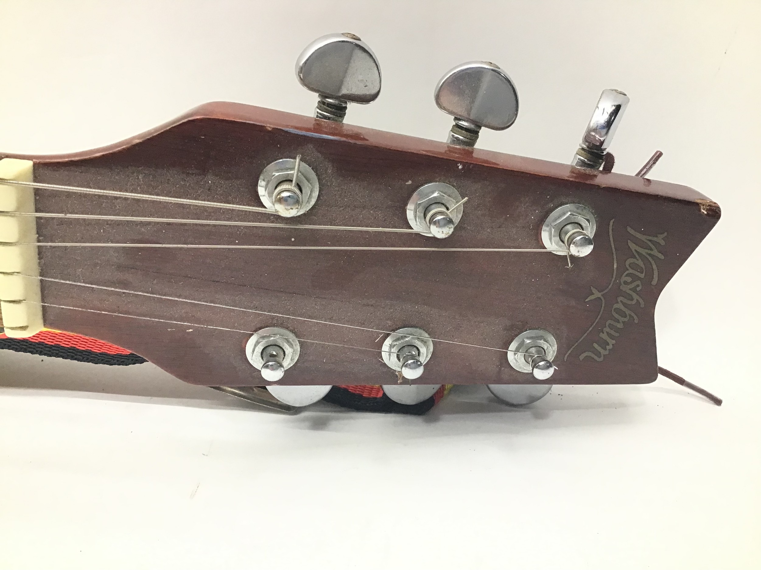 WASHBURN ACOUSTIC GUITAR. This 6 stringed guitar is finished in rosewood and comes with a strap. - Image 2 of 6