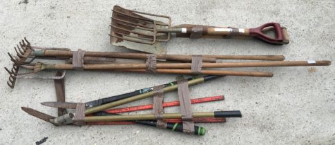 10 various garden tools of varied condition.