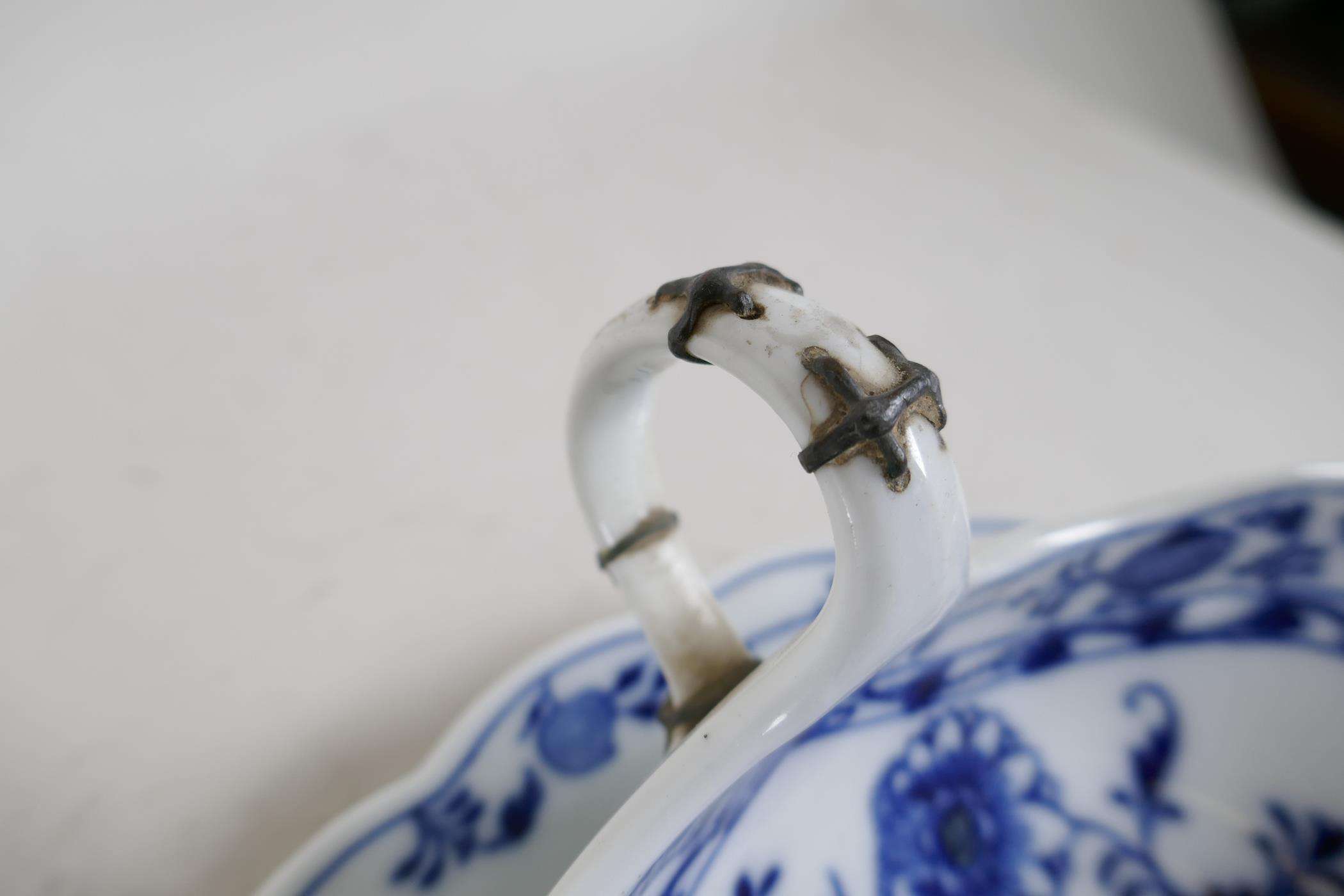 """A pair of late C18th/early C19th Meissen 'Onion' Pattern blue and white two handled gravy boats, 10"""" - Image 4 of 8"""